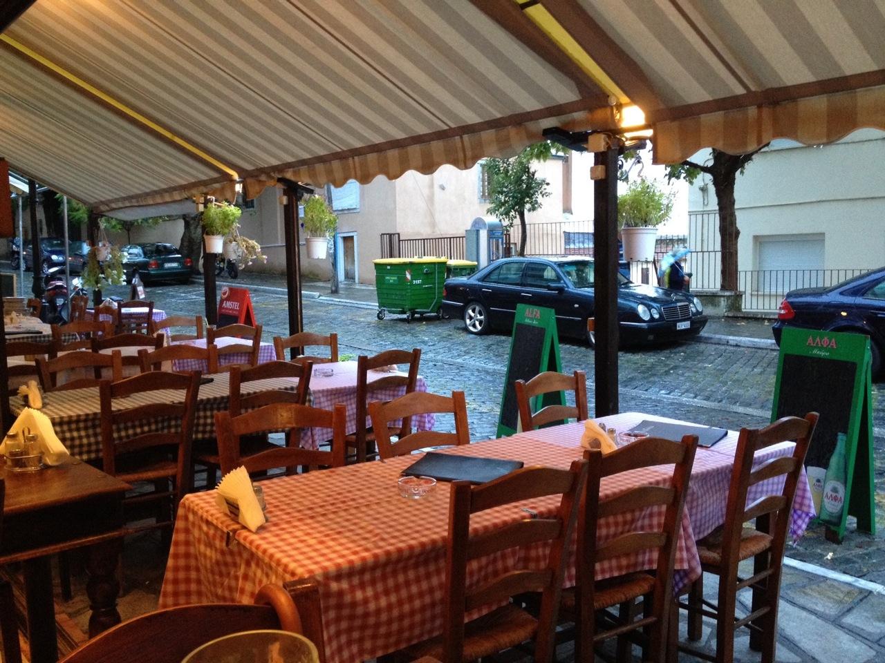 Taverna Kanados: outside seating