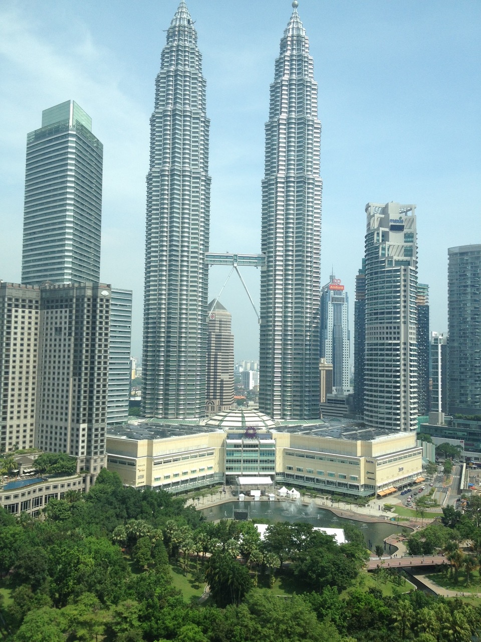 kuala lumpur photo essay traveling bytes petronas towers were the tallest buildings in the world from 1998 to 2004 and remain the tallest twin towers in the world